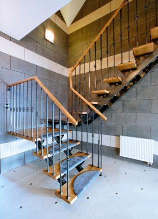stylowe drewniane schody wewnętrzne