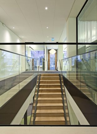 Stylowe szklane balustrady na schody