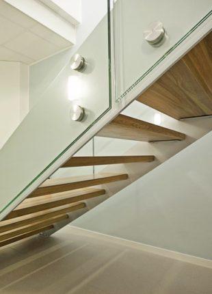 balustrady szklane na schodach